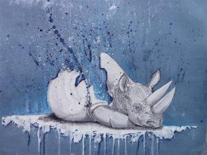 Aquarelle aux tons bleus et blanc représenatnt un jeune et triste rhinocéros