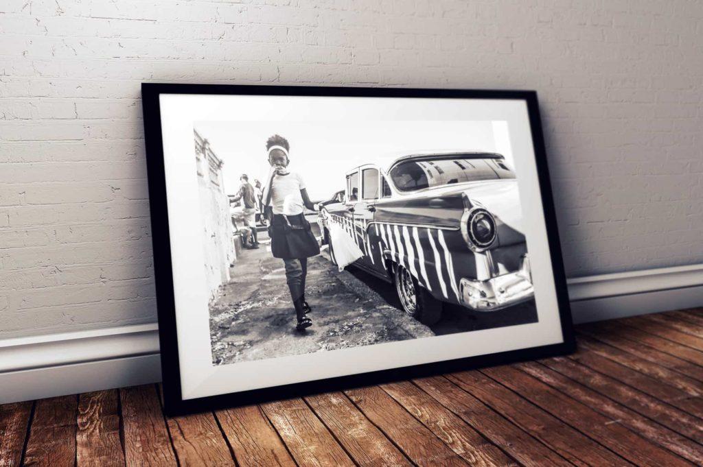 La Havane, Cuba. Petite fille sur la jetée, photographie d'art noir et blanc.